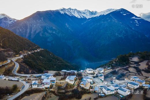 你向往的日照金山,这个观景台视野最好交通最方便,还是藏区八大神山之一-冈仁波齐,香格里拉,阿里,雨崩,三江
